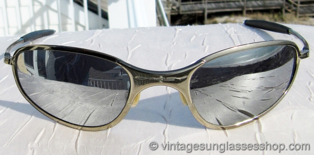 vs1907 vintage oakley a wire sunglasses feature the polished titanium frame thats been one of the top choices of oakley aficionados for many years