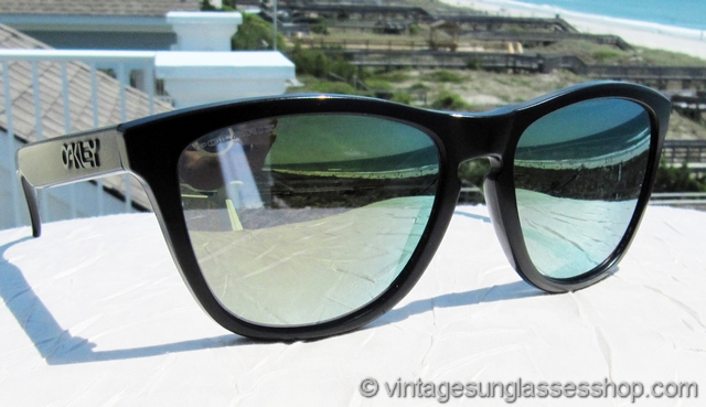 65c74255f42 ... with the highly reflective Emerald Iridium polarized lenses being a  perfect complement for the durable matte black frame. Oakley Frogskins ...
