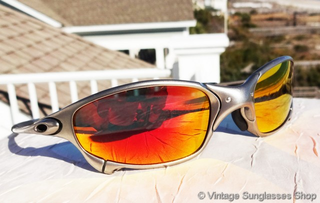 551881ea422f0 VS2218  Vintage Oakley Juliet sunglasses feature the sleek