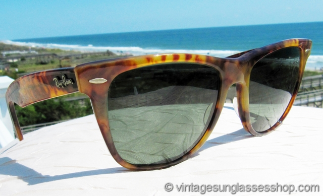 45c5097fba VS2771  Vintage Ray-Ban W0892 Wayfarer Limited Edition sunglasses are the  original style everyone wants