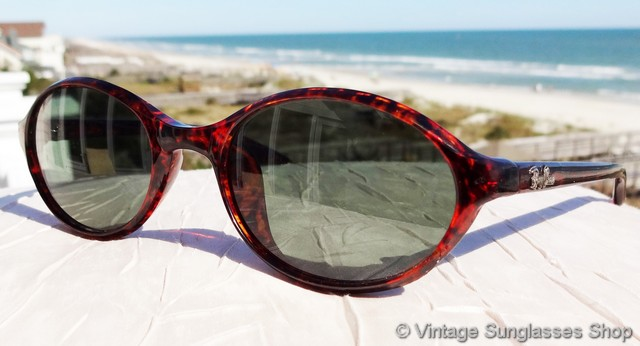 9e07280188 VS3067  Vintage Ray-Ban W2835 Sidestreet 1998 sunglasses feature a stunning  red tortoise shell frame in the classic Sidestreet 1998 size and shape