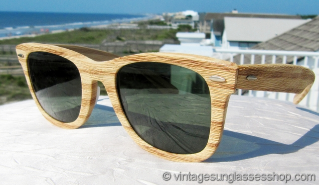 c1f8ef1c99d16 VS2371  Vintage Ray-Ban Wayfarer Woodies Light Tiki sunglasses feature  Bausch   Lomb G-15 anti-glare lenses in the iconic Wayfarer Woodies faux wood  frame.